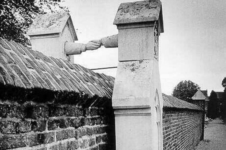 Túmulos de mãos dadas: É um túmulo duplo, em que uma parte está na parte católica do cemitério, e a outra no lado protestante. Nem a morte separou